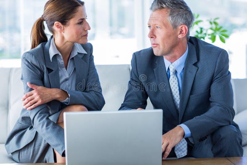 Download Gens D'affaires à L'aide De L'ordinateur Portable Photo stock - Image du mâle, laptop: 56480868