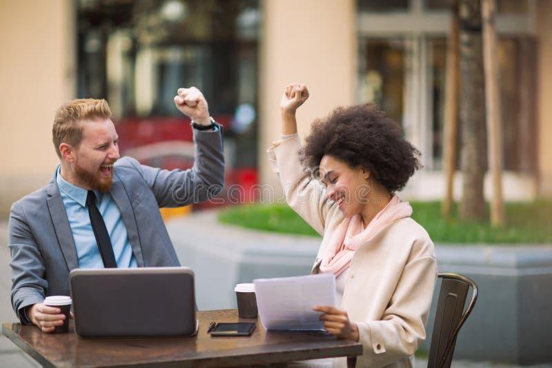 Gens d'affaires à l'aide de l'ordinateur portable à extérieur photographie stock libre de droits