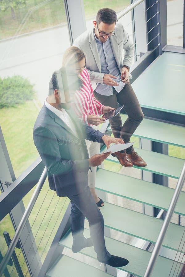 Gens d'affaires à l'aide du comprimé numérique dans le bureau de bâtiment Business photographie stock libre de droits