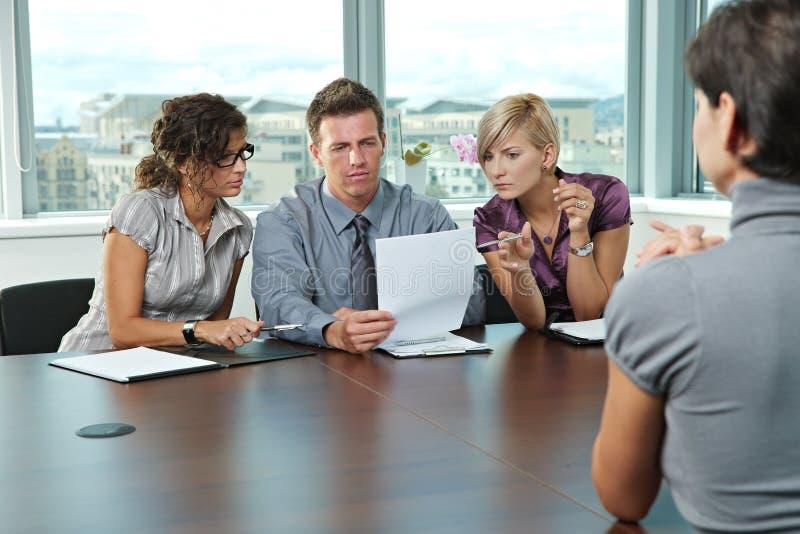 Gens d'affaires à l'entrevue d'emploi images stock