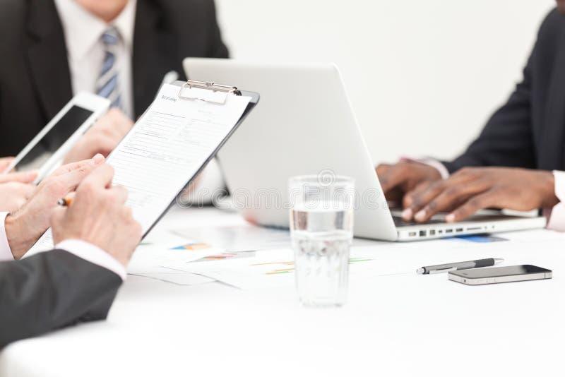Gens d'affaires écrivant la note lors de la réunion image stock