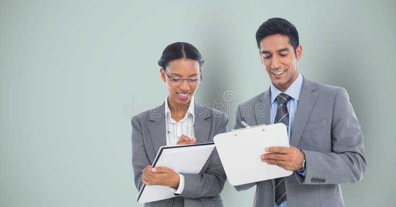 Gens d'affaires écrivant sur le fond gris photos libres de droits