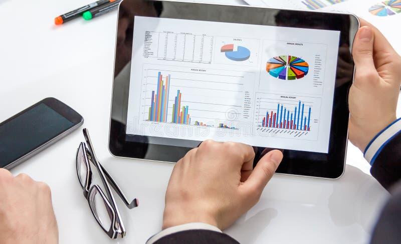 Gens d'affaires analysant des documents lors d'une réunion images stock