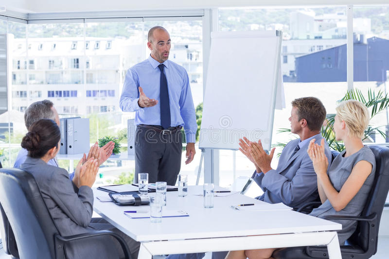 Gens d'affaires applaudissant au cours de la réunion photo stock