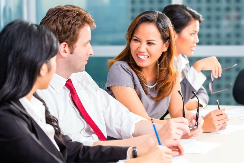 Gens d'affaires asiatiques ayant la réunion dans le bureau photos libres de droits