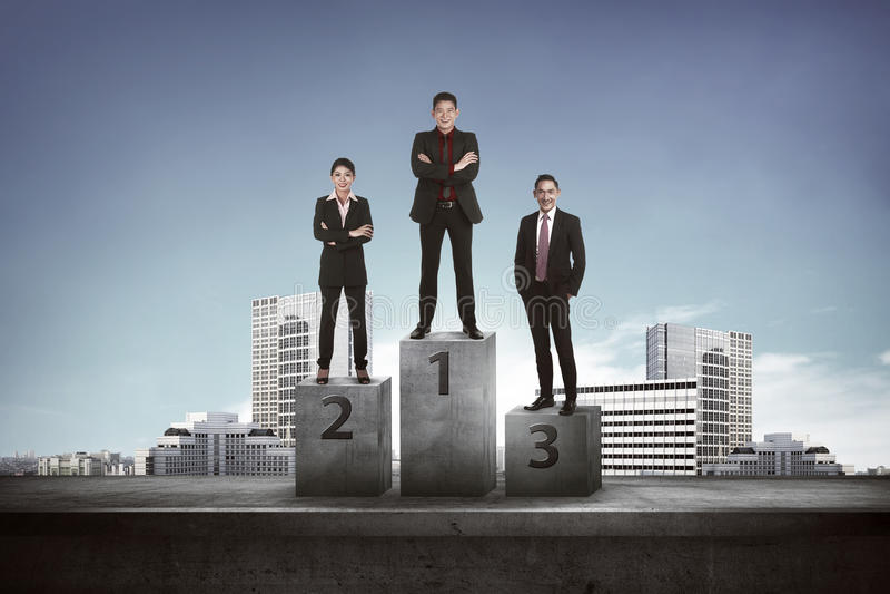Gens d'affaires asiatiques se tenant sur le podium photographie stock