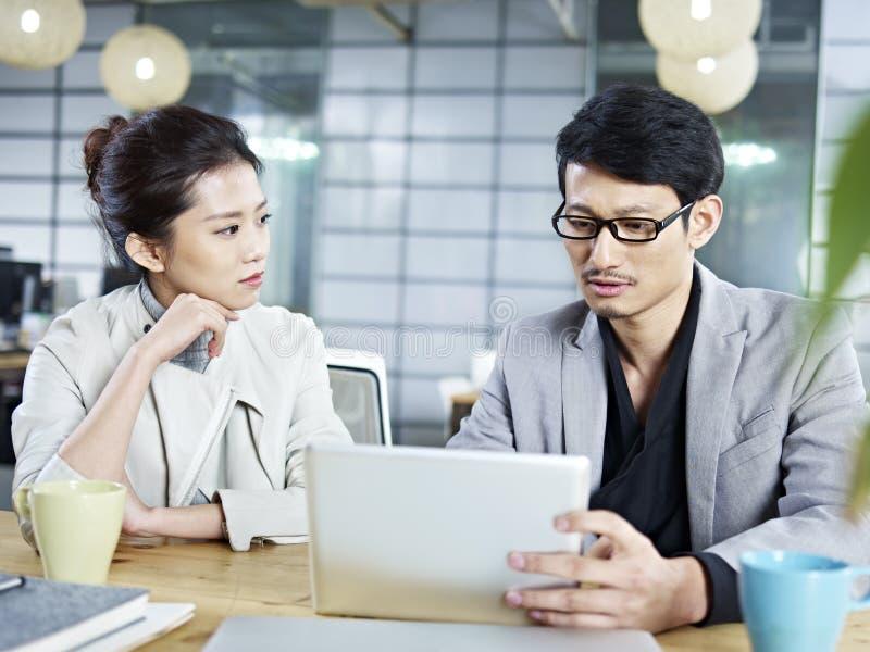 Gens d'affaires asiatiques travaillant ensemble dans le bureau images stock