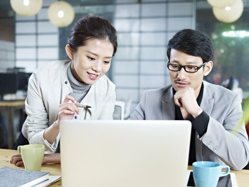 Gens d'affaires asiatiques travaillant ensemble dans le bureau image libre de droits