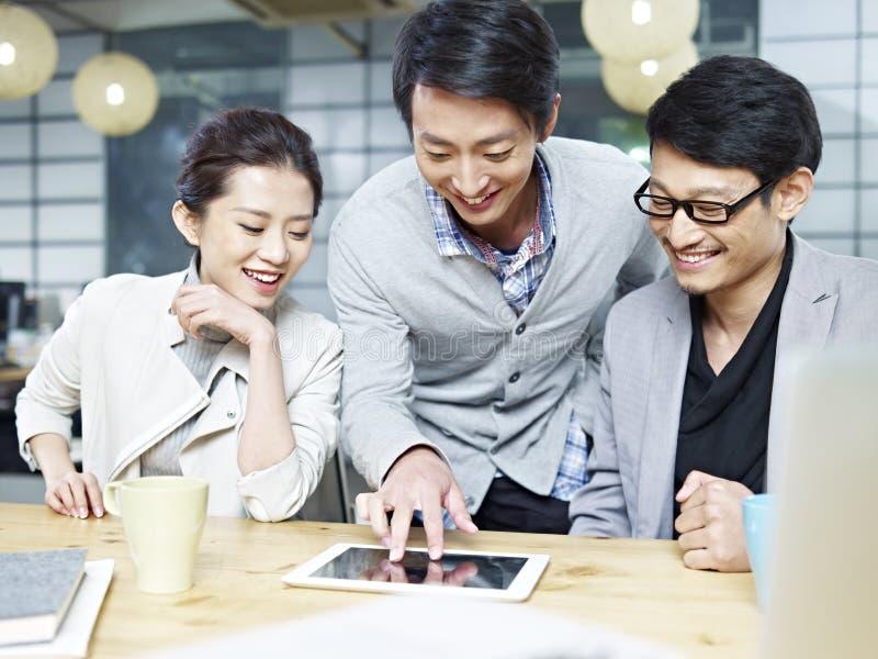 Gens d'affaires asiatiques travaillant ensemble dans le bureau photos stock