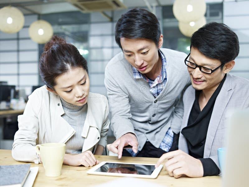 Gens d'affaires asiatiques travaillant ensemble dans le bureau images libres de droits
