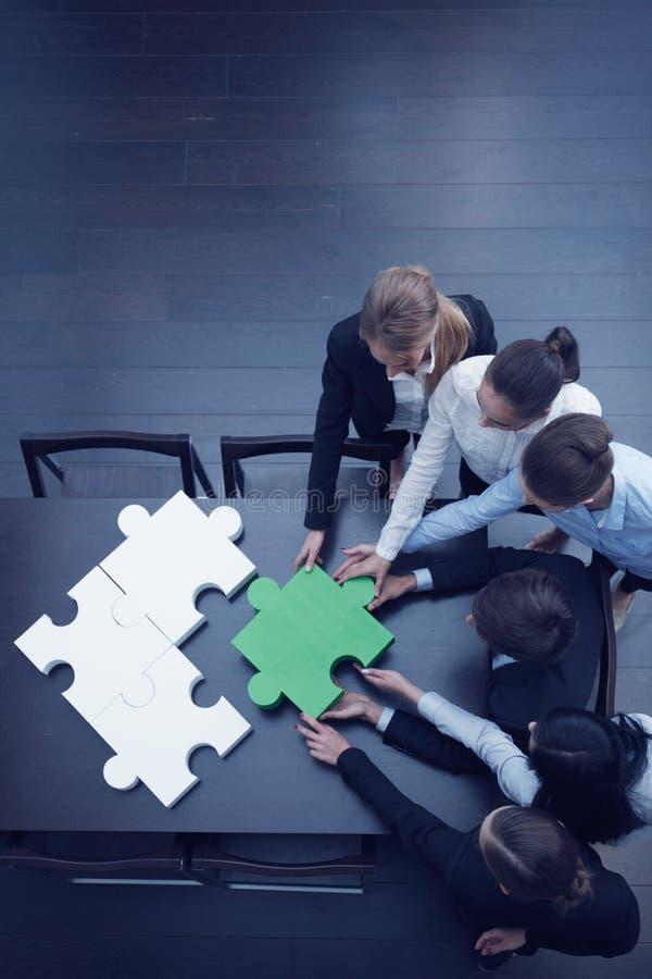 Gens d'affaires assemblant le puzzle photos libres de droits