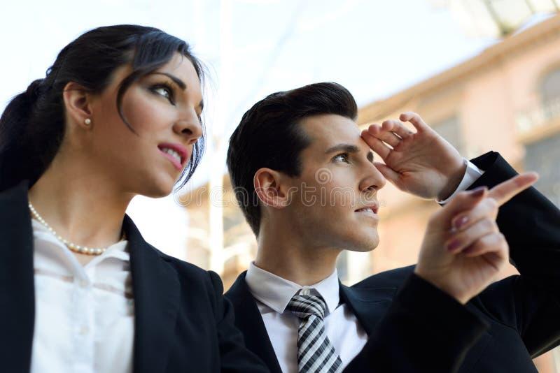 Gens d'affaires attirants regardant quelque chose intéressante. Cou images stock