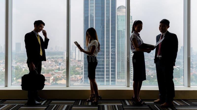 Gens d'affaires au travail dans le bureau image libre de droits