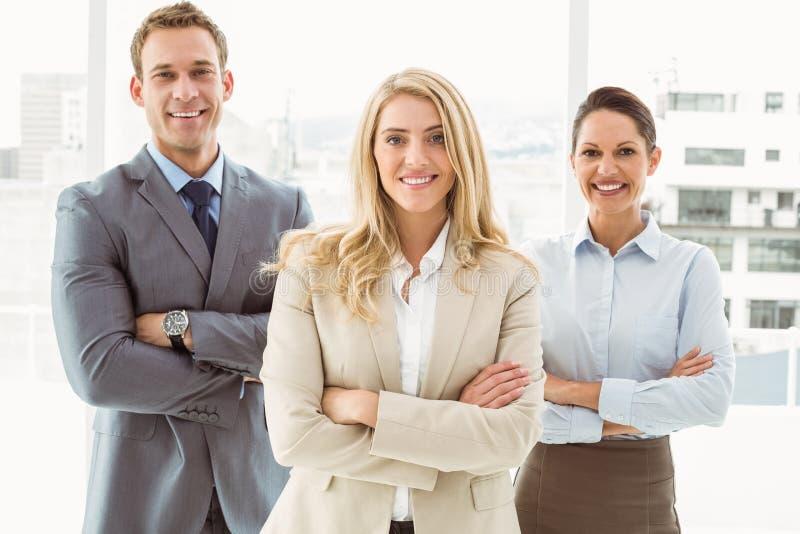 Gens d'affaires avec des bras croisés dans le bureau image libre de droits