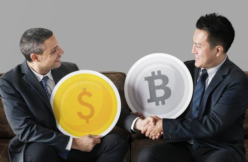 Gens d'affaires avec des icônes de devise photos stock