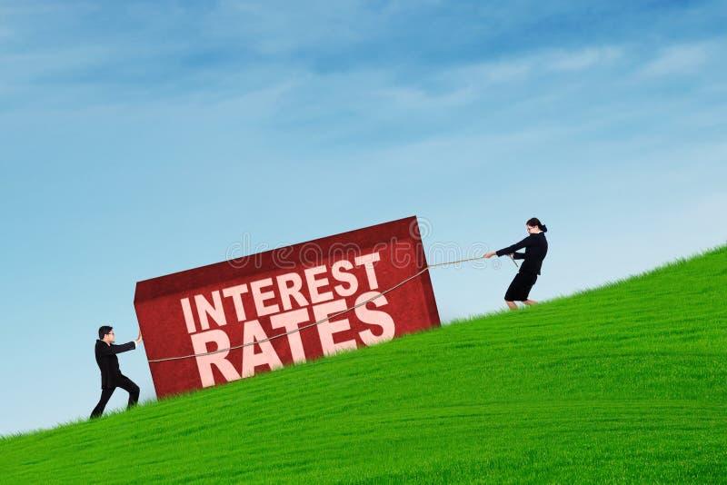 Gens d'affaires avec des taux plus de grand intérêt photographie stock