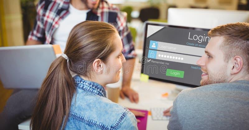Gens d'affaires avec l'écran de login sur l'ordinateur et l'ordinateur portable numérique fonctionnant dans le bureau photos stock