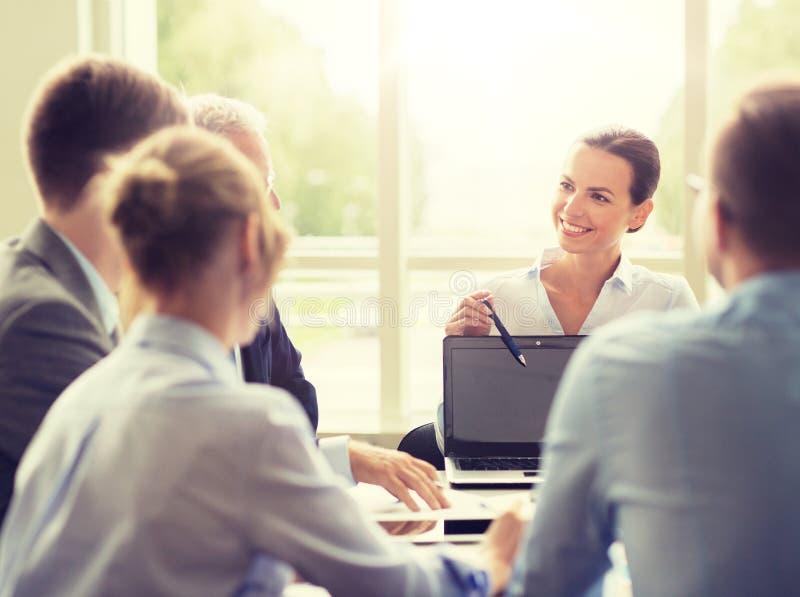 Gens d'affaires avec la r?union d'ordinateur portable dans le bureau photo libre de droits