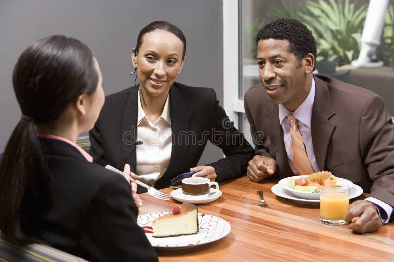 Gens d'affaires ayant la discussion pendant leur coupure images stock