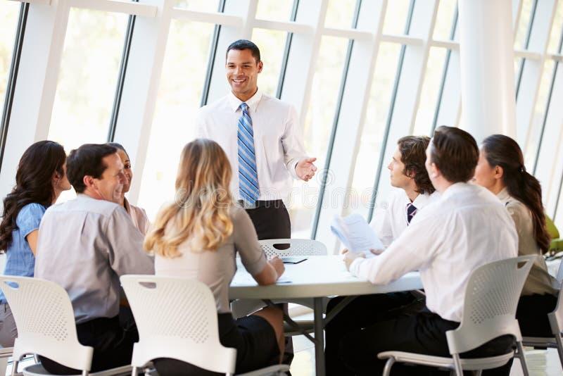 Gens d'affaires ayant la réunion du conseil d'administration dans le bureau moderne photo stock