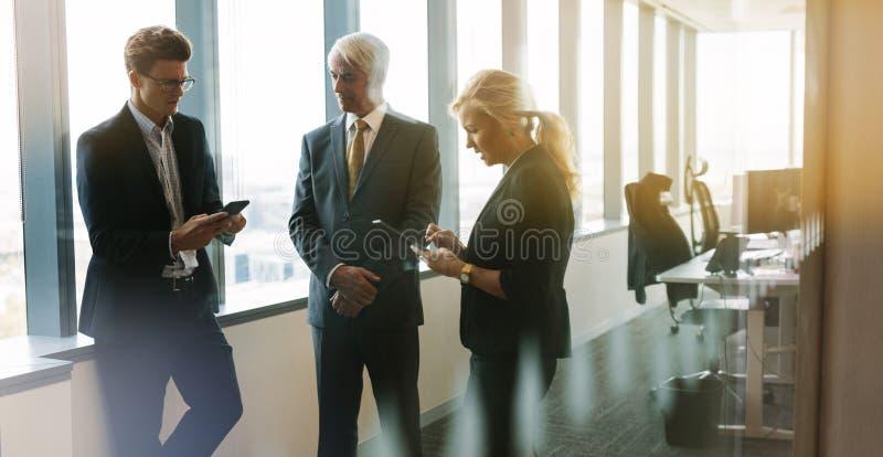 Gens d'affaires ayant la réunion informelle dans le bureau moderne photo stock