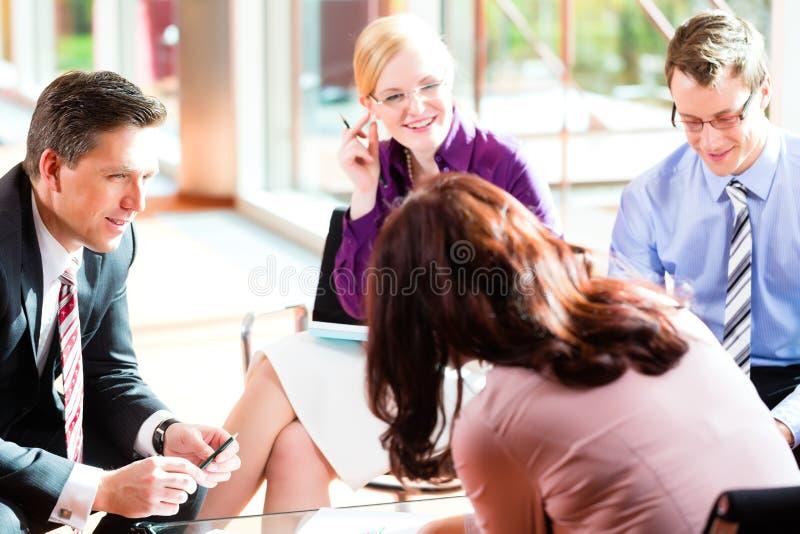 Gens d'affaires ayant le contact dans le bureau photos stock