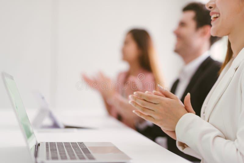 Gens d'affaires battant leurs concepts de mains, de f?licitation et d'appr?ciation image libre de droits