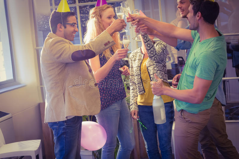 Gens d'affaires célébrant un anniversaire image libre de droits