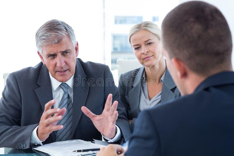 Gens d'affaires conduisant une entrevue photos stock