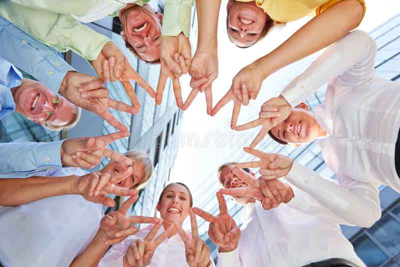 Gens d'affaires d'équipe formant l'étoile avec des mains image libre de droits