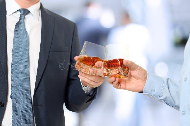 Gens d'affaires d'événement de vacances s'encourageant avec le whiskey image libre de droits