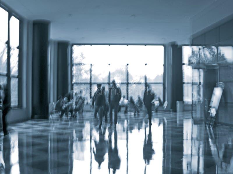 Gens d'affaires d'activité dans la tache floue de mouvement de lobby de bureau photographie stock