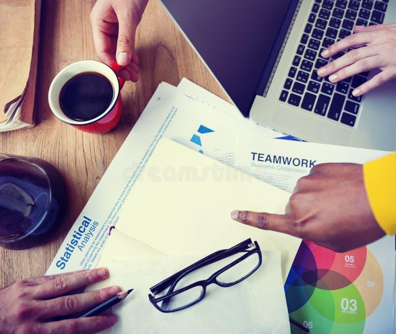 Gens d'affaires d'analyse statistique de concept de travail d'équipe image stock
