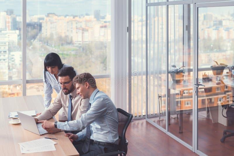 Gens d'affaires dans coworking image libre de droits