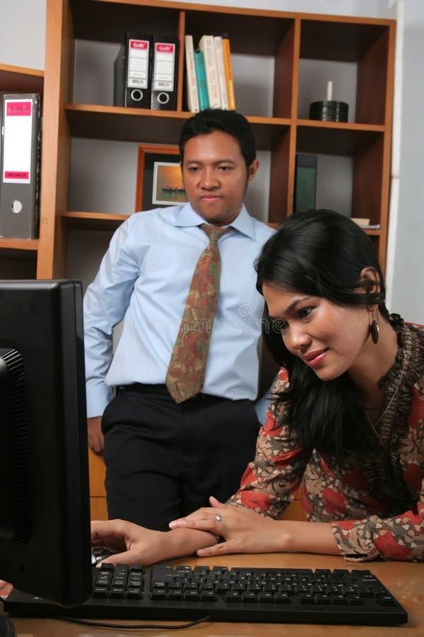 Gens d'affaires dans le bureau images libres de droits