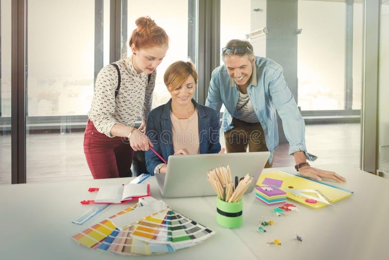 Gens d'affaires dans le bureau moderne travaillant sur l'ordinateur portable photographie stock libre de droits