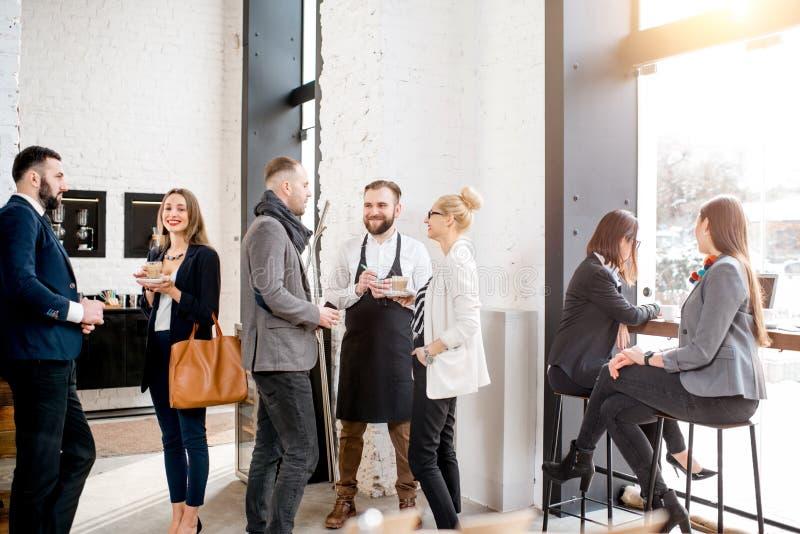 Gens d'affaires dans le café photographie stock libre de droits