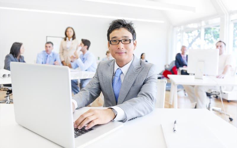 Gens d'affaires dans le lieu de travail photo stock