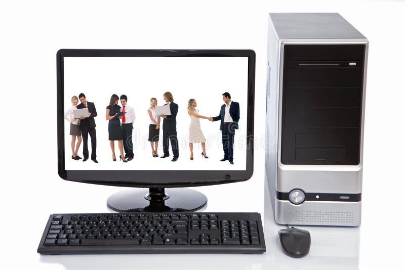 Gens d'affaires dans le moniteur d'affichage à cristaux liquides d'ordinateur images libres de droits