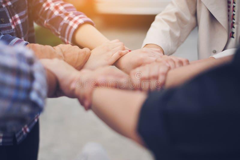 Gens d'affaires de bureaux de meetingWork, lieux de travail, affaires et travail industriel Le travail d'équipe est une grande éq image stock