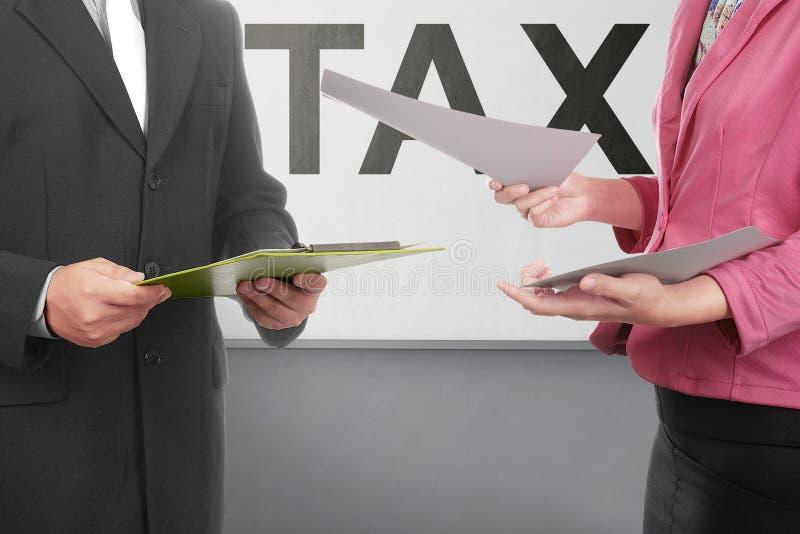 Gens d'affaires de discussion au sujet de paiement d'impôts photo libre de droits