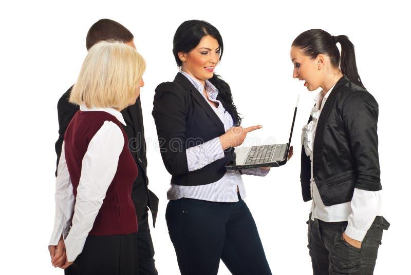 Gens d'affaires de discussion avec l'ordinateur portatif photos libres de droits