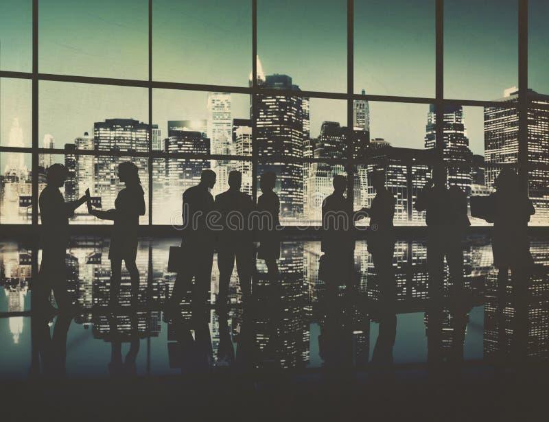 Gens d'affaires de discussion de silhouette de se réunir de communication concentré photo libre de droits