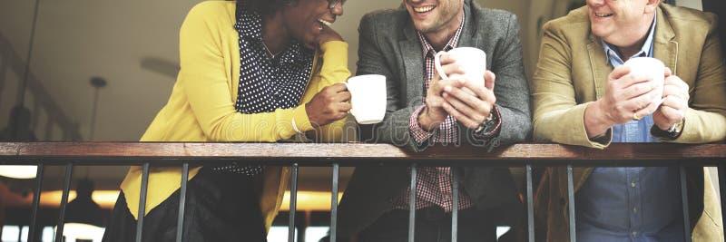 Gens d'affaires de groupe causant le concept de balcon images stock