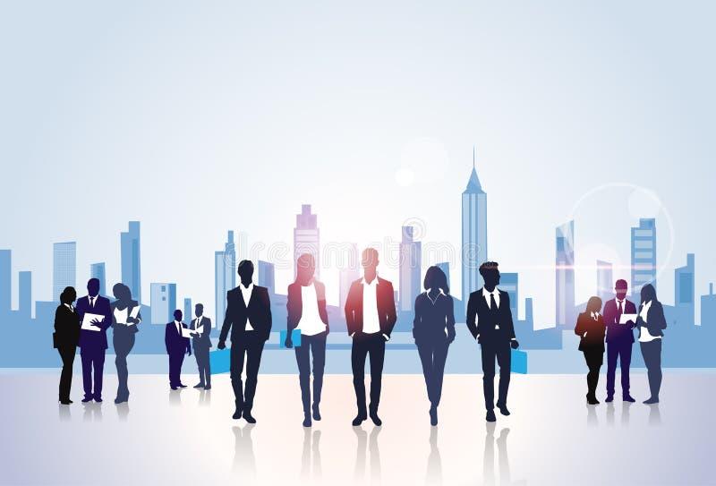 Gens d'affaires de la silhouette de groupe, hommes d'affaires au-dessus de concept moderne d'immeubles de bureaux de ville illustration libre de droits