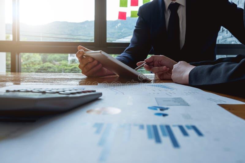 Gens d'affaires de plan rapproché recueillis ensemble discutant d financier photographie stock