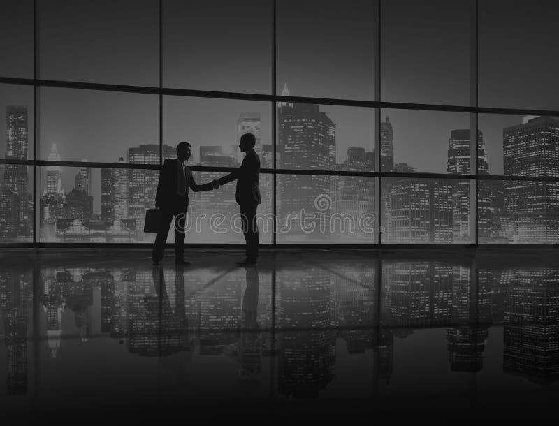 Gens d'affaires de poignée de main de concept de silhouette photo stock
