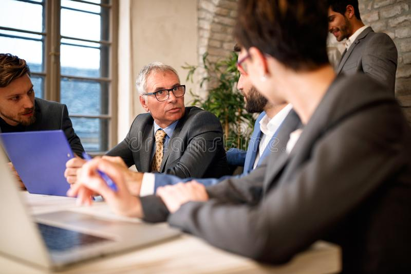 Gens d'affaires de professionnels parlant sur la réunion images stock