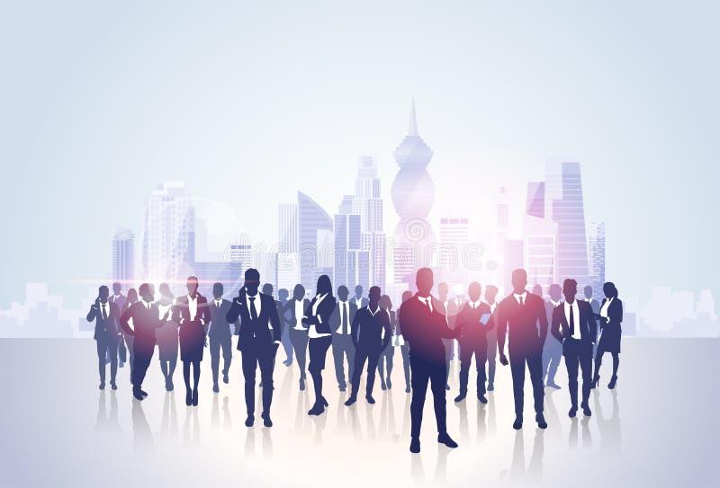 Gens d'affaires de silhouettes de groupe au-dessus des immeubles de bureaux modernes de paysage de ville illustration libre de droits