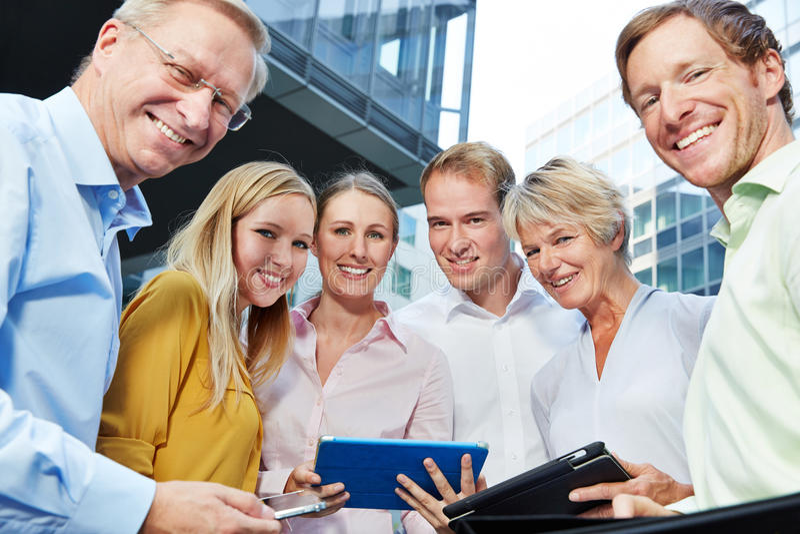 Gens d'affaires de sourire avec la tablette photographie stock libre de droits